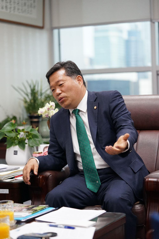 (사진) 인터뷰를 진행중인 김종회 국회의원