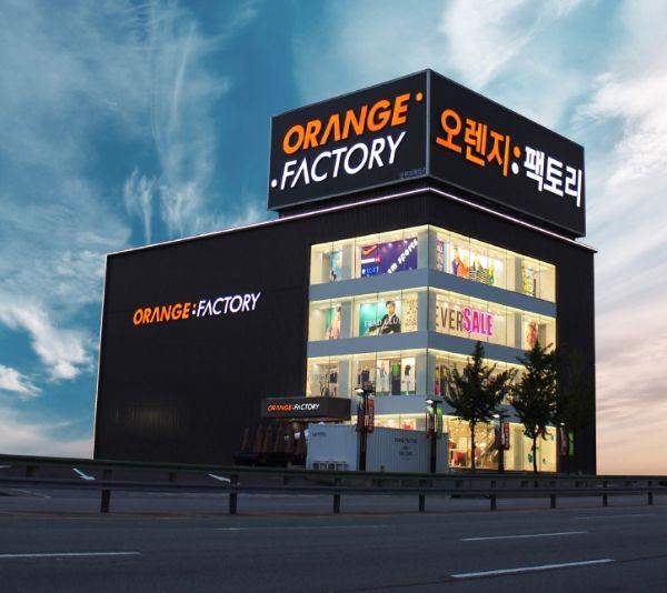 (사진) 오렌지팩토리는 라이프 아웃도어 '이젠벅' 의 고별 할인행사를 진행한다. / 사진제공 = 오렌지팩토리