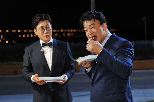 (사진) 백종원의 푸드트럭에서 음식을 먹고 있는 백종원 / 사진출처 = SBS 사진캡처