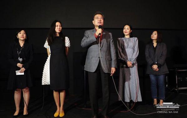영화 '미씽: 사라진 여자' 주역들과 문재인 대통령(사진=청와대 제공)